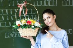 Estudiante sonriente cerca de la pizarra en sala de clase imagenes de archivo