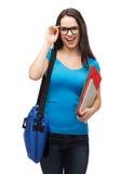 Estudiante sonriente con el bolso, las carpetas y PC de la tableta Imágenes de archivo libres de regalías