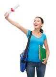 Estudiante sonriente con el bolso y las carpetas Imagen de archivo libre de regalías