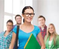 Estudiante sonriente con el bolso y las carpetas Imagenes de archivo