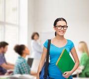 Estudiante sonriente con el bolso y las carpetas Foto de archivo