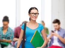 Estudiante sonriente con el bolso y las carpetas Fotos de archivo libres de regalías