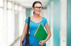 Estudiante sonriente con el bolso y las carpetas Fotos de archivo