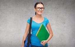 Estudiante sonriente con el bolso y las carpetas Foto de archivo libre de regalías