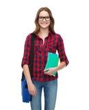 Estudiante sonriente con el bolso y los cuadernos Imagen de archivo libre de regalías