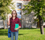 Estudiante sonriente con el bolso y los cuadernos Fotografía de archivo libre de regalías