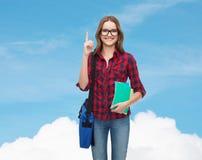 Estudiante sonriente con el bolso y los cuadernos Foto de archivo libre de regalías