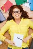 Estudiante sonriente con el lápiz y el libro de texto Foto de archivo libre de regalías