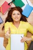 Estudiante sonriente con el libro de texto y el lápiz Foto de archivo libre de regalías