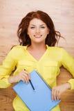 Estudiante sonriente con el libro de texto y el lápiz Imagenes de archivo