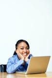 Estudiante sonriente con la computadora portátil. - Vertical Imagenes de archivo