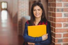 Estudiante sonriente con la presentación de la carpeta imagen de archivo