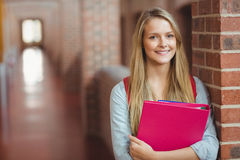 Estudiante sonriente con la presentación de la carpeta foto de archivo libre de regalías