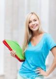 Estudiante sonriente con las carpetas Fotos de archivo