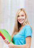 Estudiante sonriente con las carpetas Foto de archivo libre de regalías