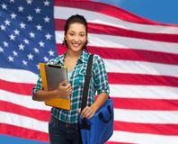Estudiante sonriente con las carpetas, PC de la tableta y el bolso Foto de archivo