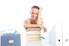 Estudiante sonriente con los libros de textos Fotos de archivo libres de regalías