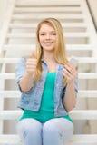 Estudiante sonriente con smartphone Fotografía de archivo libre de regalías