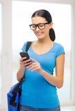 Estudiante sonriente con smartphone y el bolso Imágenes de archivo libres de regalías