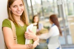 Estudiante sonriente de la High School secundaria con los libros Imagen de archivo