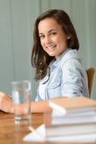 Estudiante sonriente del adolescente en casa Foto de archivo