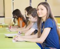 Estudiante sonriente en clase imagenes de archivo