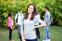 Estudiante sonriente en el parque Imágenes de archivo libres de regalías