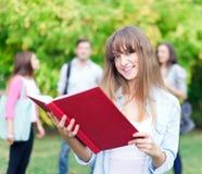 Estudiante sonriente en el parque Fotos de archivo