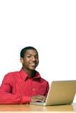 Estudiante sonriente en la computadora portátil - vertical Imagenes de archivo