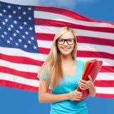 Estudiante sonriente en lentes con las carpetas Imágenes de archivo libres de regalías