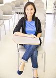 Estudiante sonriente en sala de clase imagen de archivo
