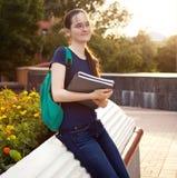 Estudiante sonriente femenino al aire libre por la tarde Foto de archivo libre de regalías