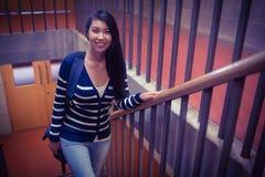 Estudiante sonriente que camina encima de pasos Foto de archivo