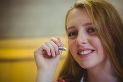 Estudiante sonriente que mira la cámara Imagen de archivo libre de regalías