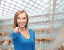 Estudiante sonriente que señala el finger en usted Fotografía de archivo libre de regalías
