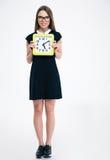 Estudiante sonriente que sostiene el reloj grande Imagen de archivo libre de regalías