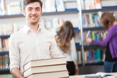 Estudiante que sostiene los libros Fotos de archivo