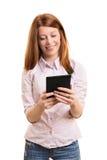 Estudiante sonriente que sostiene una tableta Foto de archivo