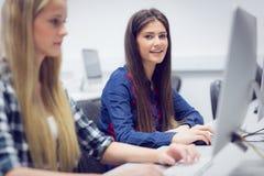 Estudiante sonriente que trabaja en el ordenador Fotos de archivo