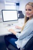 Estudiante sonriente que trabaja en el ordenador Imagen de archivo