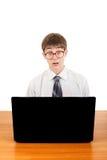 Estudiante sorprendido con el ordenador portátil Foto de archivo