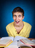 Estudiante sorprendido con libros Fotografía de archivo libre de regalías