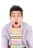 Estudiante sorprendido con los libros Fotografía de archivo libre de regalías