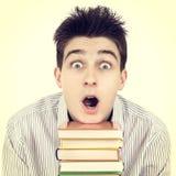 Estudiante sorprendido con los libros Fotos de archivo