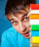 Estudiante sorprendido con los libros Imágenes de archivo libres de regalías