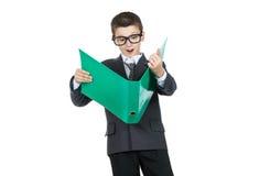 Estudiante sorprendido del muchacho que sostiene una carpeta con la tarea Muchacho en choque Fotos de archivo