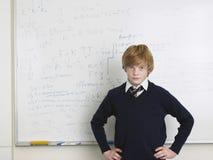 Estudiante Standing By Whiteboard en clase de la matemáticas Imagenes de archivo