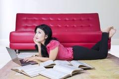 Estudiante Studying de la High School secundaria con el ordenador portátil Imagen de archivo