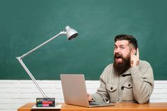 Estudiante Studying Hard Exam Estudiante joven listo para escribir la prueba del examen D?a de los profesores Estudiante que trab fotografía de archivo libre de regalías