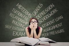 Estudiante subrayado con muchos problemas foto de archivo